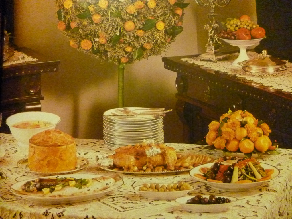 Tavola imbandita per una cena di Natale del 1985, da La cucina italiana